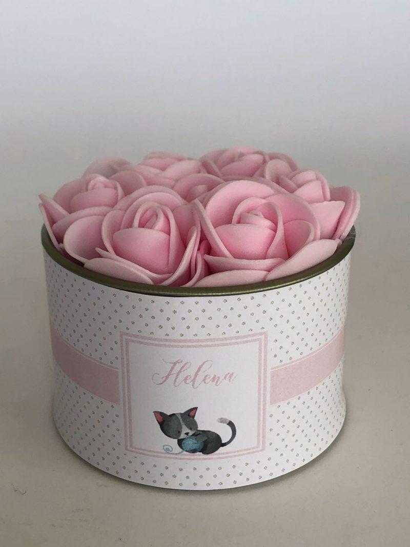 Lata petit gourmet com flores na tampa
