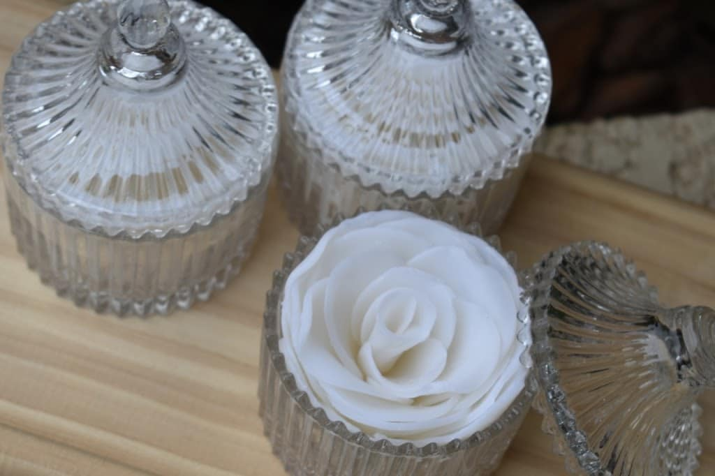 3 bombonieres de sabonete em formato de rosa de cor branca