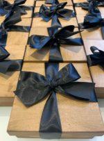 kit na caixa pintada fechada com fita preta