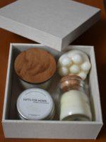 Caixa revestida de tecido com vela, sais de banho, esfoliante e sabonete massageador