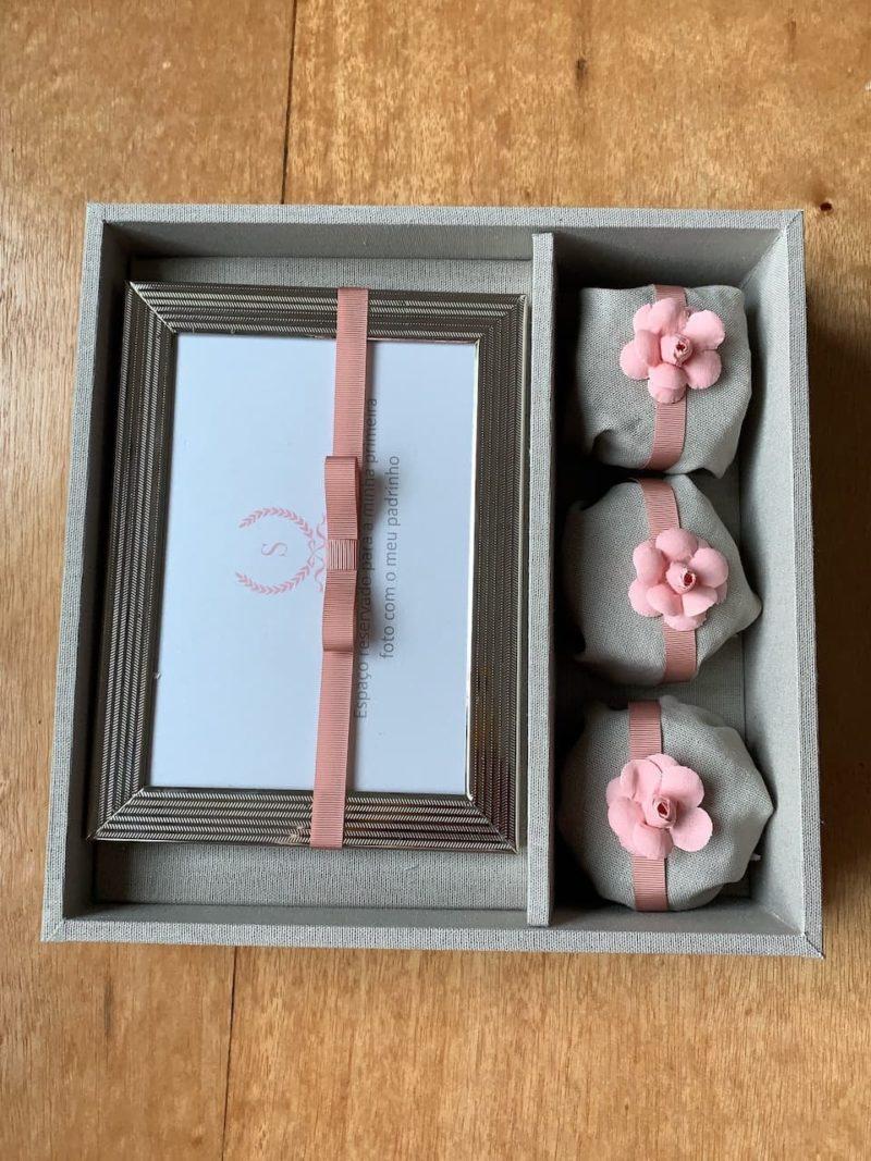 Kit personalizado para padrinho com 3 paes de mel e porta retrato e convite