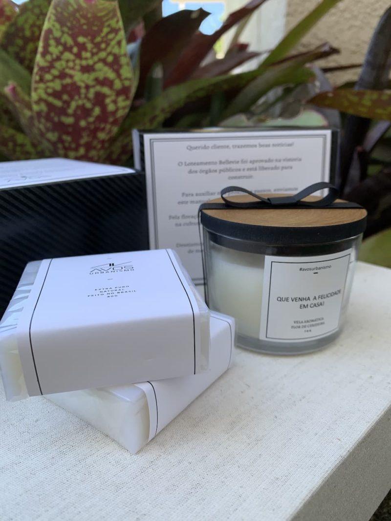 Kit Mimo personalizado com vela, sabonetes e embalagem personalizados para o cliente corporativo Avos Urbanismo