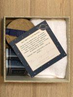 Kit Petit I com convite, sabonetes, vela e toalha