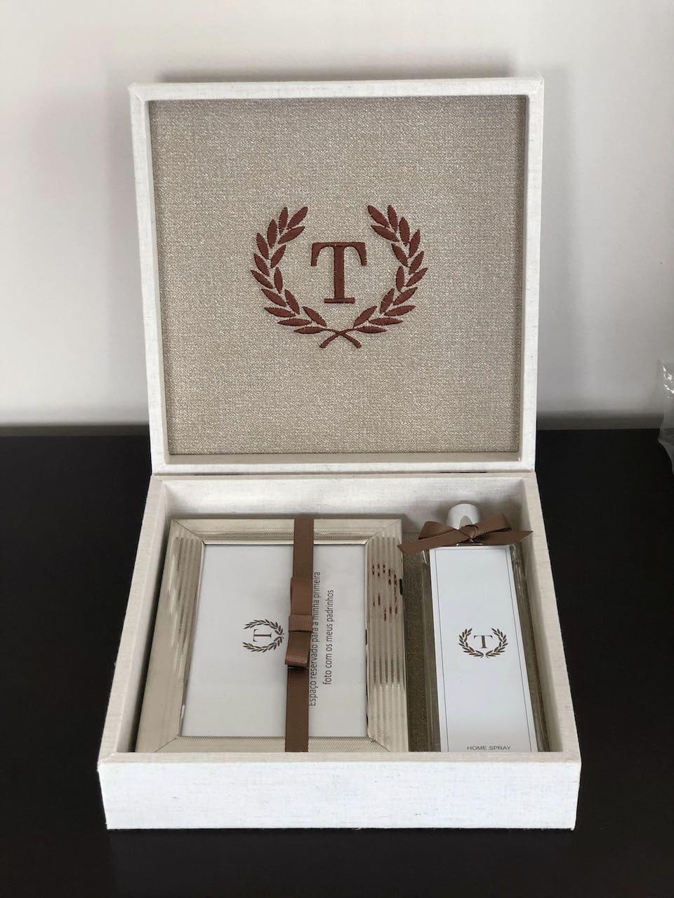 kit padrinho personalizado IX com home spray e porta retrato, com monograma bordado na caixa revestida de tecido
