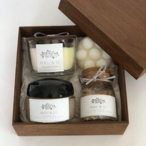 Kit SPA III com vela perfumada, sabonete massageador, pasta esfoliante e sais de banho em caixa de madeira pintada