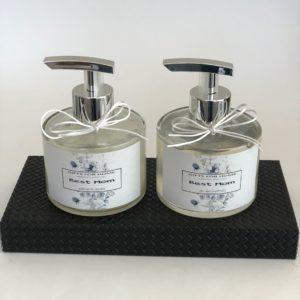 Duo Kit toalete personalizado com uma bandeja em Mdf revestida de couro, 1 frasco de sabonete líquido e 1 gel antisséptico