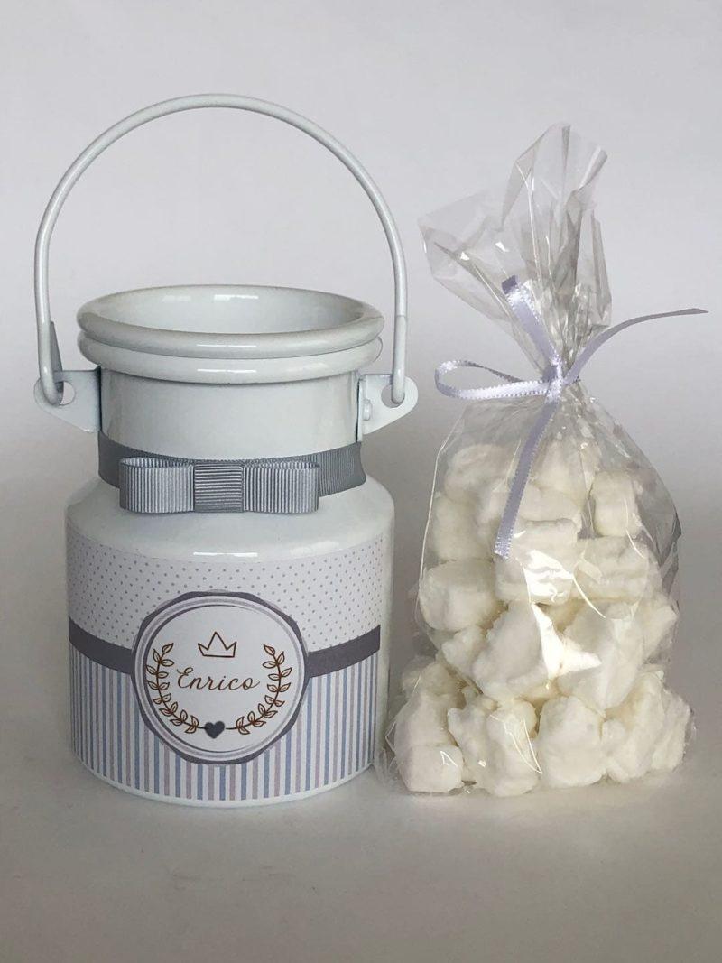 Leiteira personalizada com rótulo personalizado, fita e as balas de coco que estarao dentro da leiteira